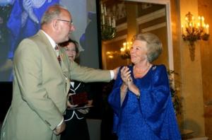 Loek Dijkman ontvangt Zilveren Anjer